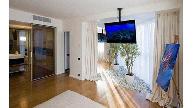 پایه سقفی تلویزیون مناسب جهت استفاده در سالن های انتظار، بیمارستان ها، فرودگاه ها، شرکت ها، فروشگاه ها، ویترین های فروشگاهی و خانه هایی با سقف شیب دار است راه حل های کاربردی برای استفاده بهینه از فضای داخلی